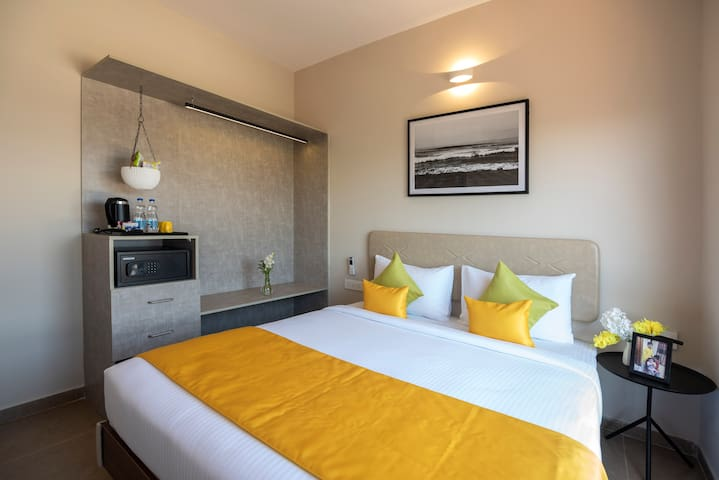 The Avora Suite is a 400 sq. ft. suite that is designed to meet the meticulous needs of the modern traveller. These suite rooms near Bangalore International Airport can accommodate 4 adults or 3 adults and 2 kids comfortably.