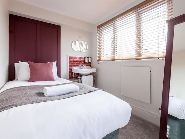 Single Room with shared bathroom at Regency House