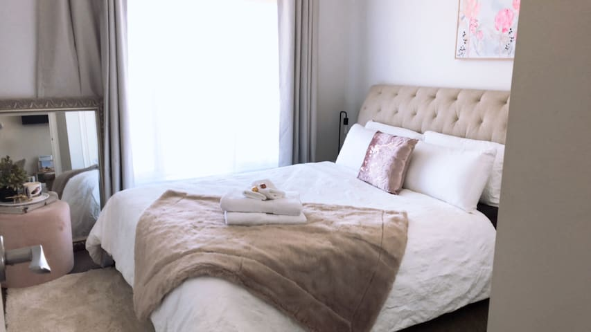 Lovely queen room for student or professional