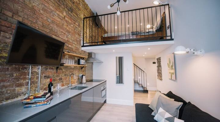 Superb mezzanine w/ classy buildings view balcony