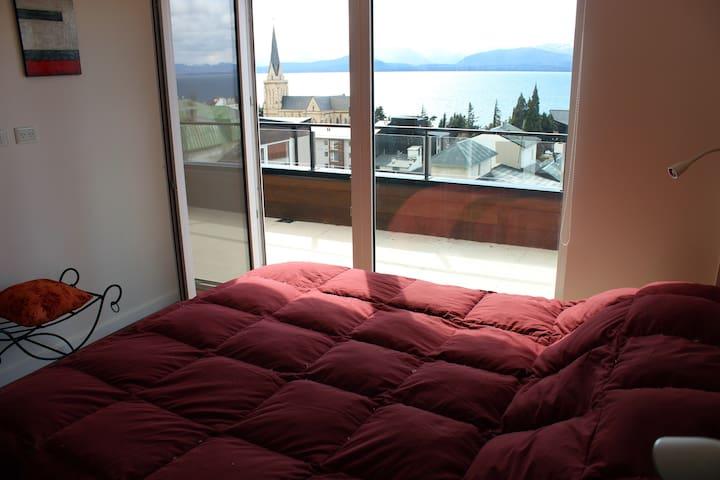 Confortable, céntrico  c/vista al lago y terraza