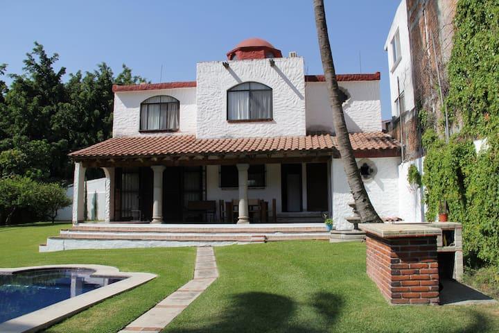 Clima inmejorable, hermoso jardín, en Morelos. - Cuernavaca - House