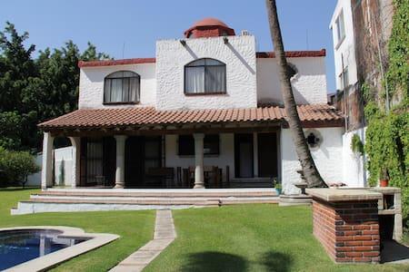 Clima inmejorable, hermoso jardín, en Morelos. - Cuernavaca - Casa