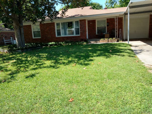Quiet & welcoming private room/bath + common area - Richland Hills - Casa