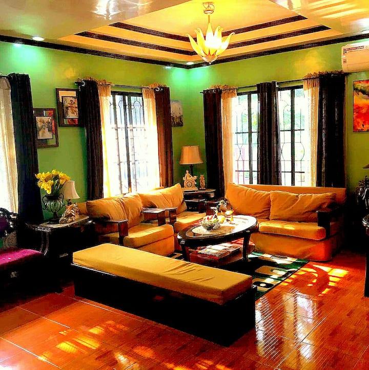A Cozy Residential Home-4 Bdrm*2Kitchen*2 LvgRm