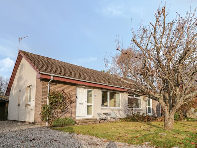 STEAM COTTAGE, family friendly, with open fire in Aviemore, Ref 20262