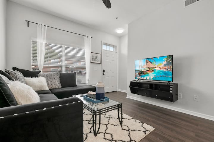 Beautiful 3BR Townhouse/Townhome close to  Disney