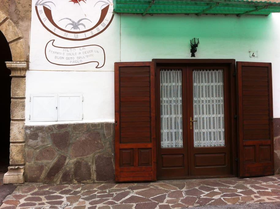 La meridiana - facciata esterna della casa visibile dalla strada