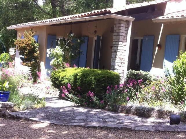 LUBERON Chambre 1 dans maison calme avec piscine - Caseneuve