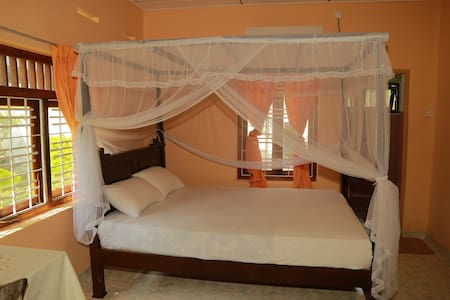 Spacious 1BR with en suite & AC - Downhill Lagoon