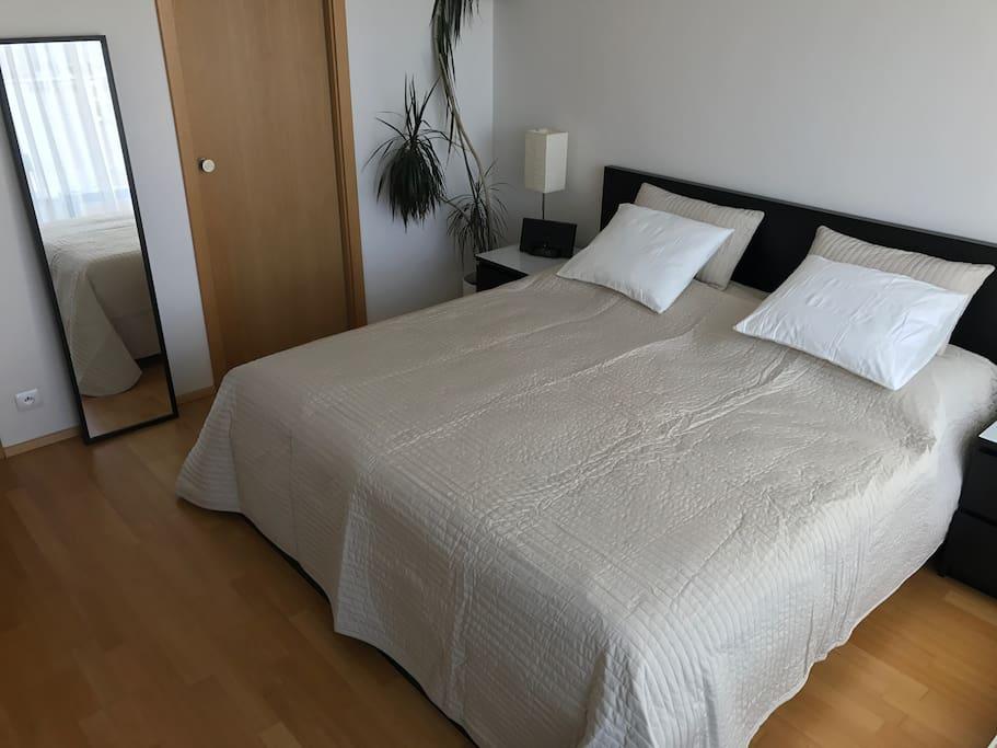 Bedroom - king size bed / Ložnice - manželská postel