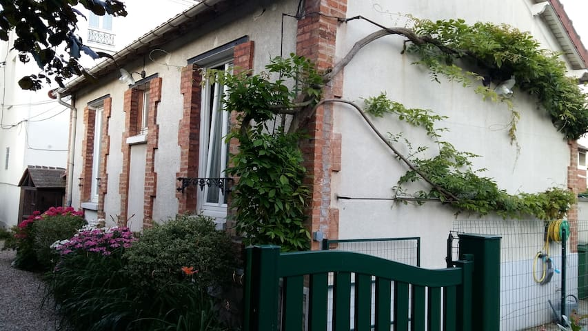 Charming independent house nearby Paris