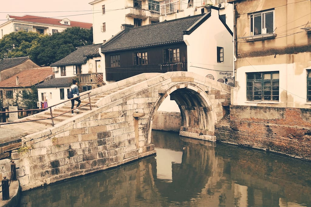 Open the window of my homestay, you can see the ancient bridges over the past 400 years.