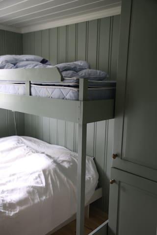Nyoppusset soverom med skapplass