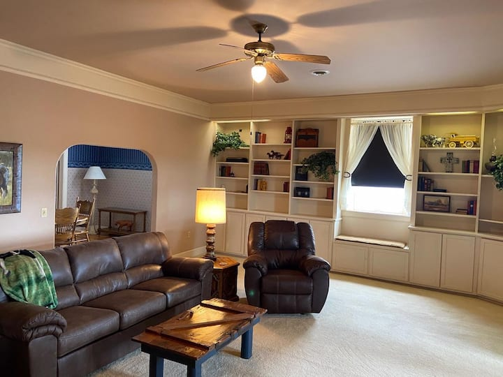 Spacious! 2 bdrm+2 lvg rooms; 2250 sq ft! Meade KS