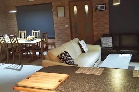 Spacious Room + Balcony + Breakfast - Wodonga