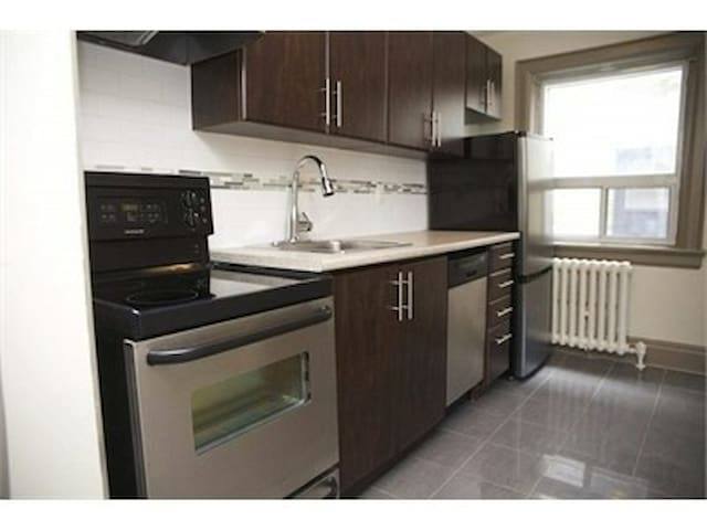 1B in  Down T, near Casa Loma &TTC, free parking