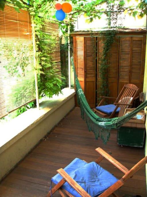 véranda avec terrasse en bois pour prendre le café ou le thé