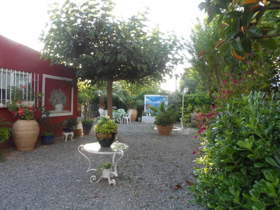 Casa independiente con jardín que comparte parcela de unos 3000m2 con nuestra propia casa.
