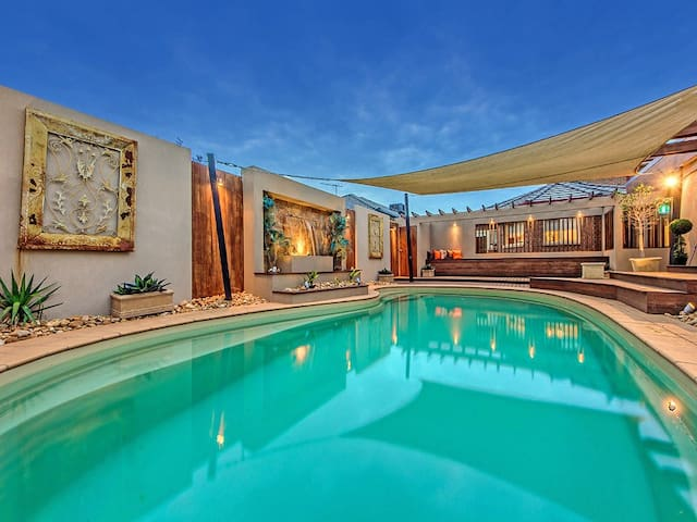 Classic 5BR 20mins Airport&CBD (Swimming Pool&Gym) - Caroline Springs