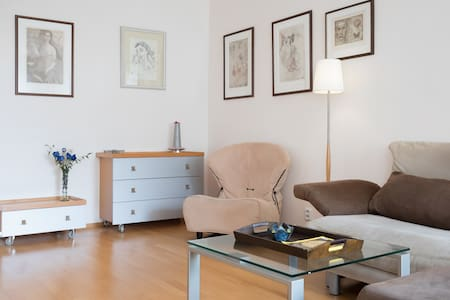 PEACEFUL HOME IN GREEN NEIGHBORHOOD - Praha 6, Dejvice - Leilighet