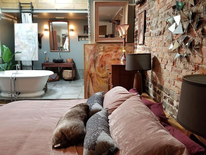 Artist's Gallery-Loft Condo Broughton St/ City Mkt