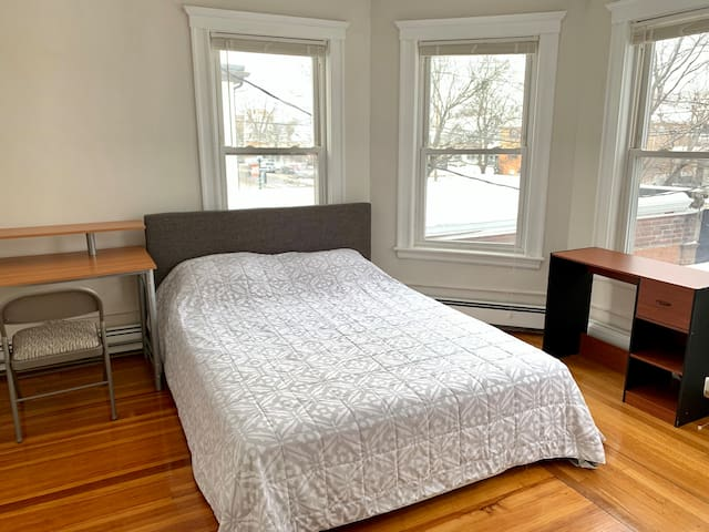 4D. Spacious bright 1BD near bus to Tufts/Harvard