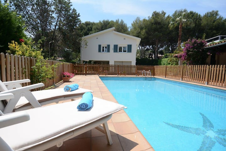 Villa with private pool, barbecue, large garden and close to the beach