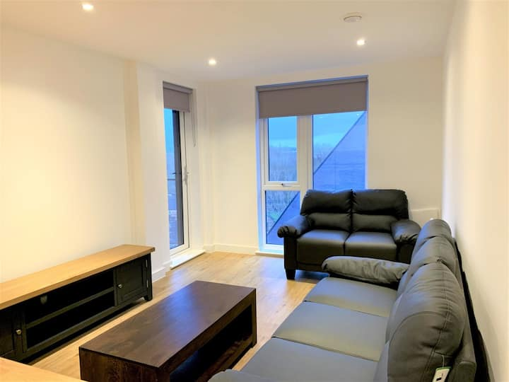 Large 2 Bed Modern Clean Apartment - Sleeps upto 4