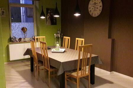 Chambre dans une jolie demeure rénovée 1 - Anderlues - Casa