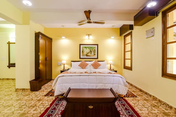 King Size Room in a Colonial Styled Home 4