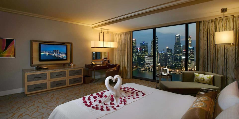 Luxury room around Marina Bay and infinity pool