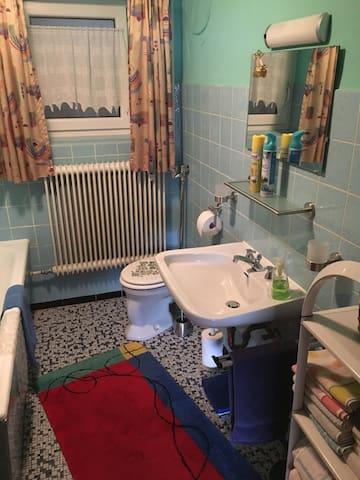 Gemeinschaftsbadezimmer mit WC