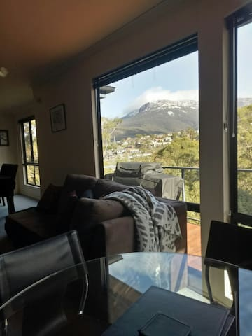 Mountain view Loft Hobart-Ideal for large families