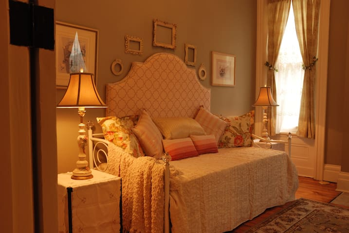 ALLEGHENY INN: LA VIE EN ROSE ROOM - SECOND FLOOR - Pittsburgh - Bed & Breakfast