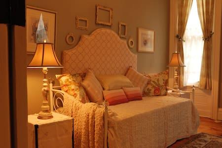 ALLEGHENY INN: LA VIE EN ROSE ROOM - SECOND FLOOR - Pittsburgh
