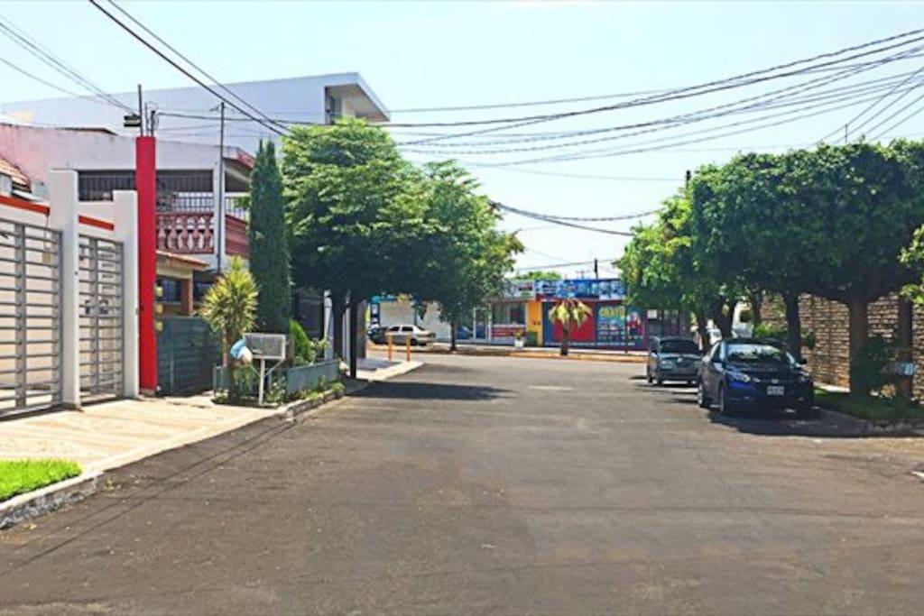 Calle en vecindario tranquilo y seguro. Acceso por Av. Xicotencalt