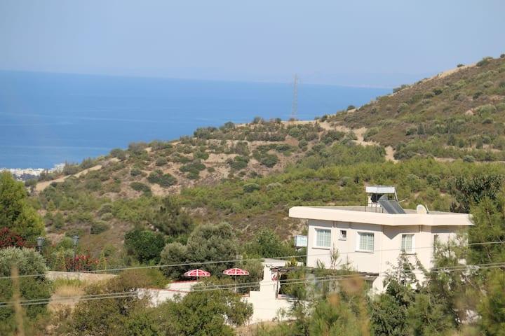 Dağ, deniz manzaralı, havuzlu villa