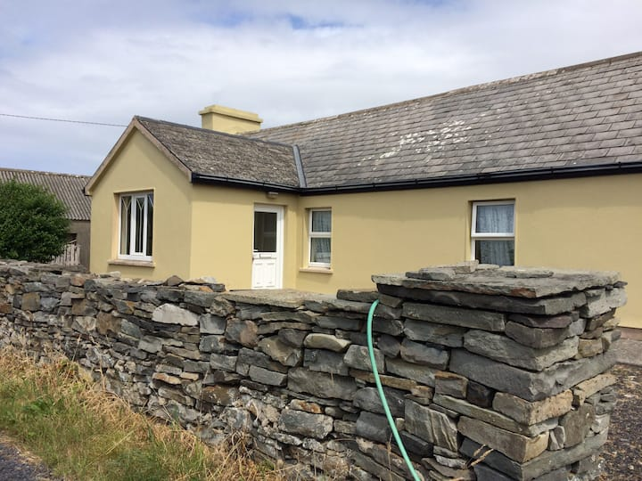 Cosy cottage 5 mins walk from Spanish Point Beach