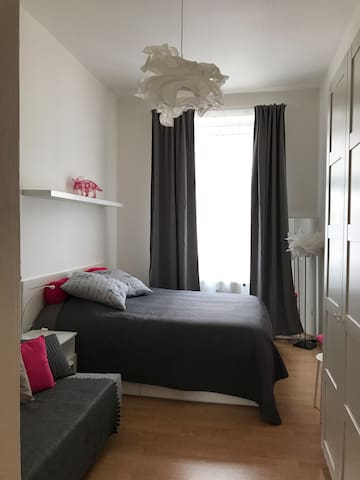 La chambre à coucher se compose d'une grande armoire, un canapé lit (140x200) ainsi qu'un grand lit confortable (160x200)