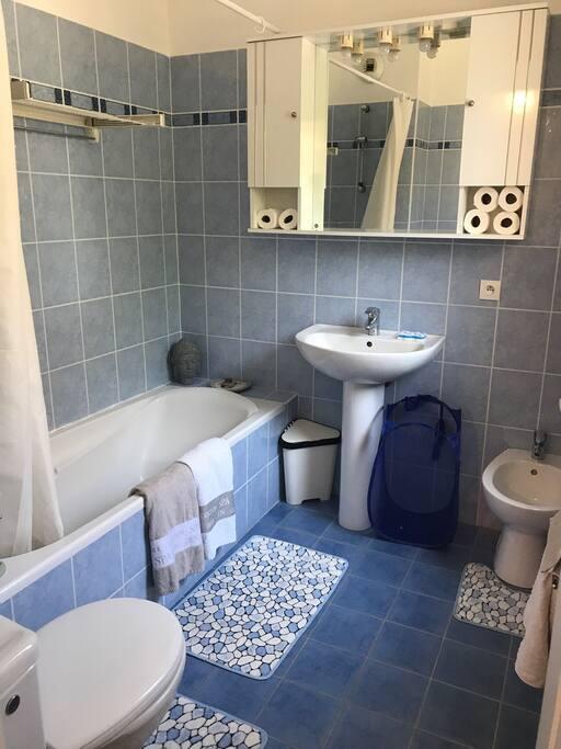 Salle de bain avec fenêtre