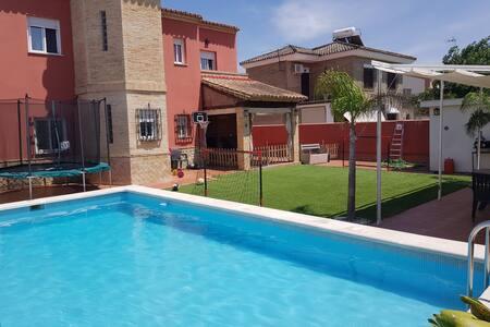 Apartamento en chalet compartido con piscina.