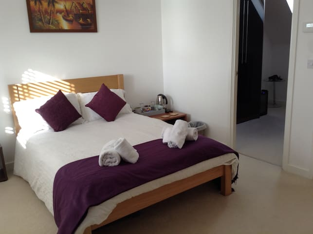 Large double bedroom and ensuite. - Saint Austell