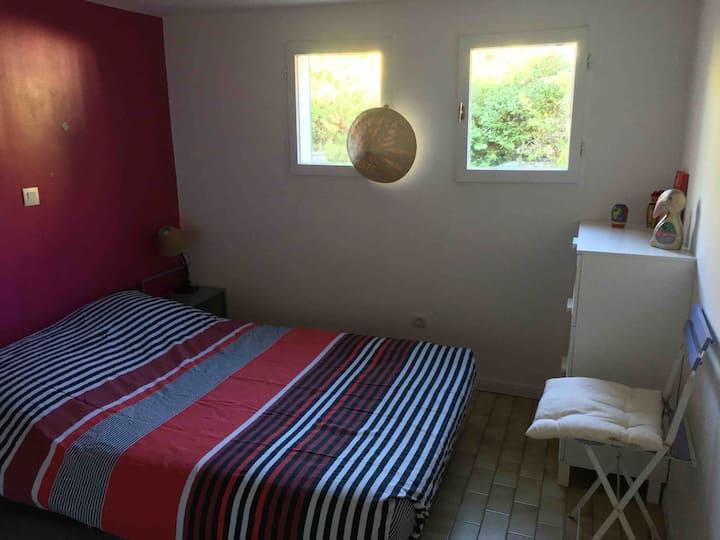 Petite chambre avec salle de bain indépendante.