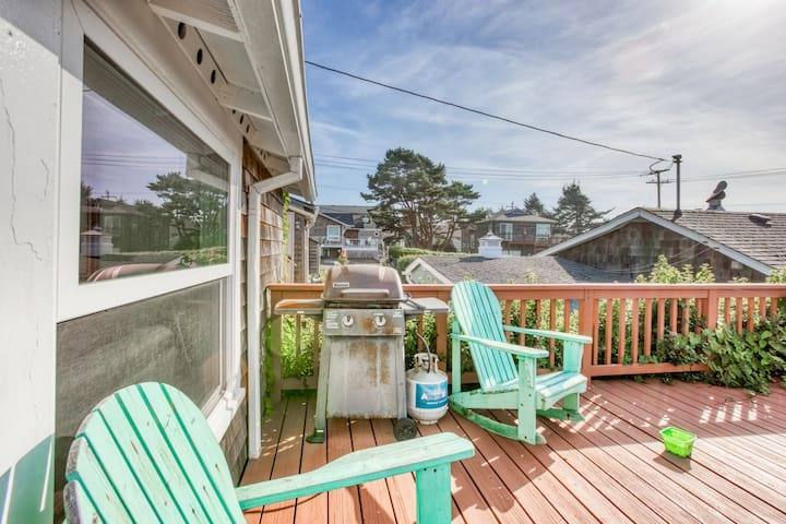 Dog-friendly, comfy cabin only two blocks from the beach!