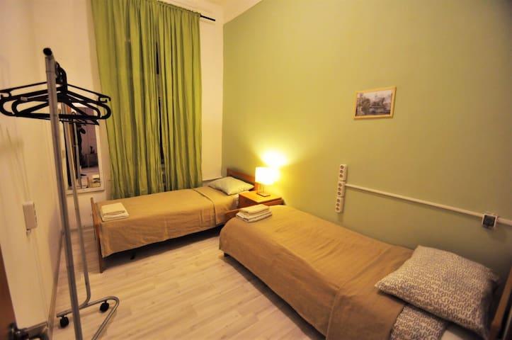Комната с двумя кроватями в центре столицы