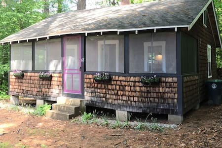 Cozy Cottage Close to Webster Lake with Hot Tub