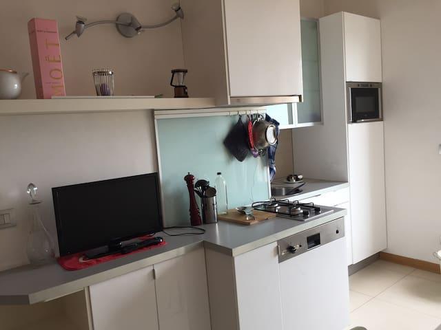 cucina 2 fuochi a gas con lavastoviglie 90 x e Frigo
