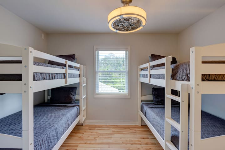 Additional bedroom with two bunk beds sleeps four guests