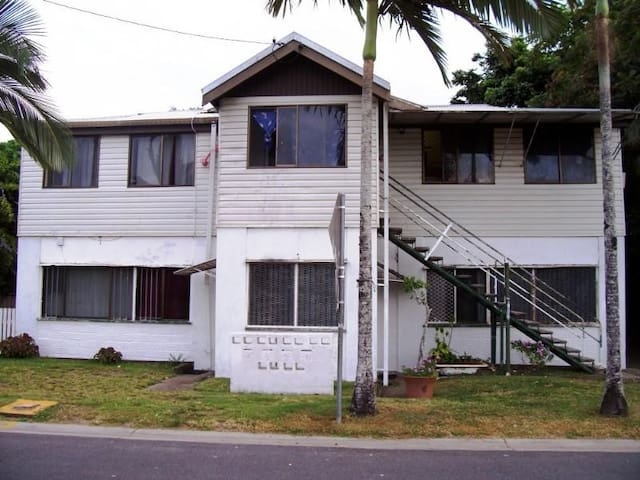 Cairns 20mins walk from City. Free WiFi Internet - Cairns North - House
